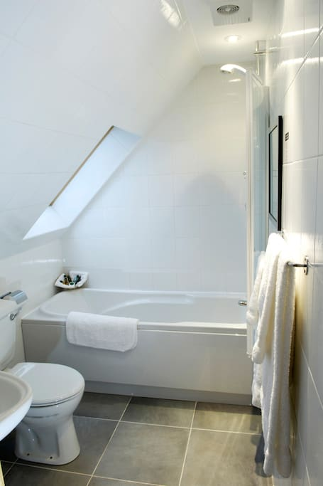 En suite c/w whb, toilet, bath & overbath shower.