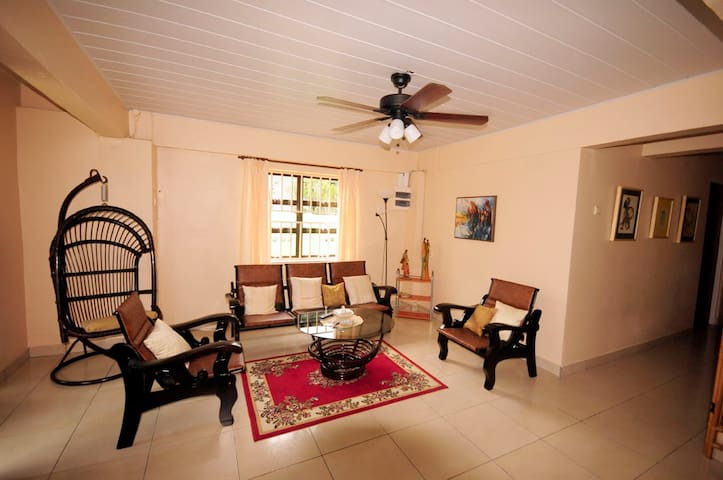 Cozy 2 bedroom ground floor apartment - พารามาริโบ