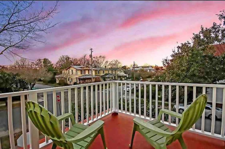 Perfect house in CHS minutes to King St- sleeps 6!