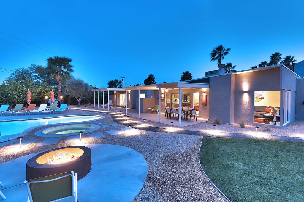 FIREPIT DUSK - LUX LOUNGE - PALM SPRINGS VACATION RENTAL POOL HOME