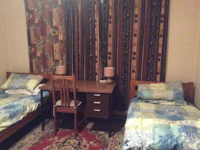 Warm spacious single or twin room handy to city