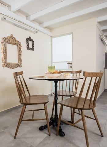 Studio apartment, Jaffa, George II