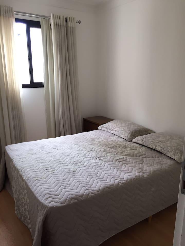Quarto com cama de casal padrão