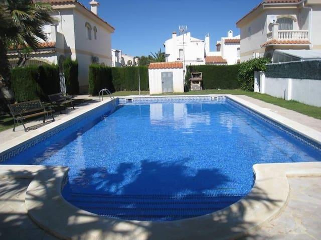 WIFI free. Casa individual con gran piscina