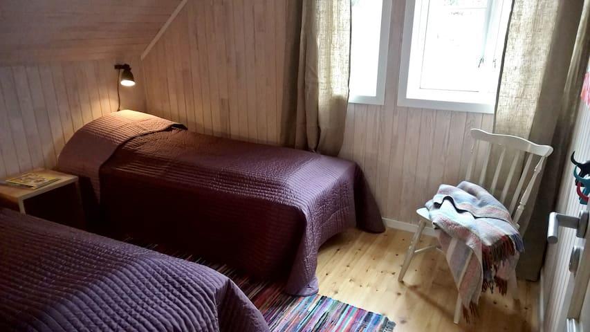 Soverom med to enkeltsenger som enkelt kan gjøres om et dobbeltseng.