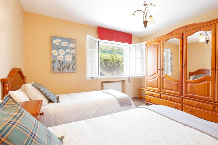 Primera habitación con dos camas individuales