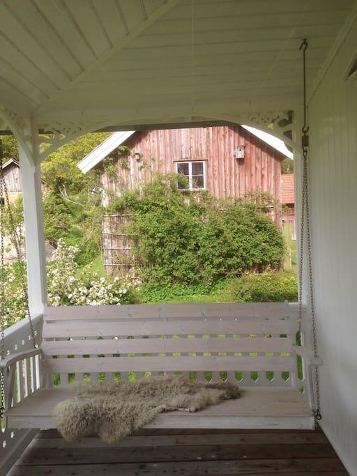 Härlig gungsoffa på verandan