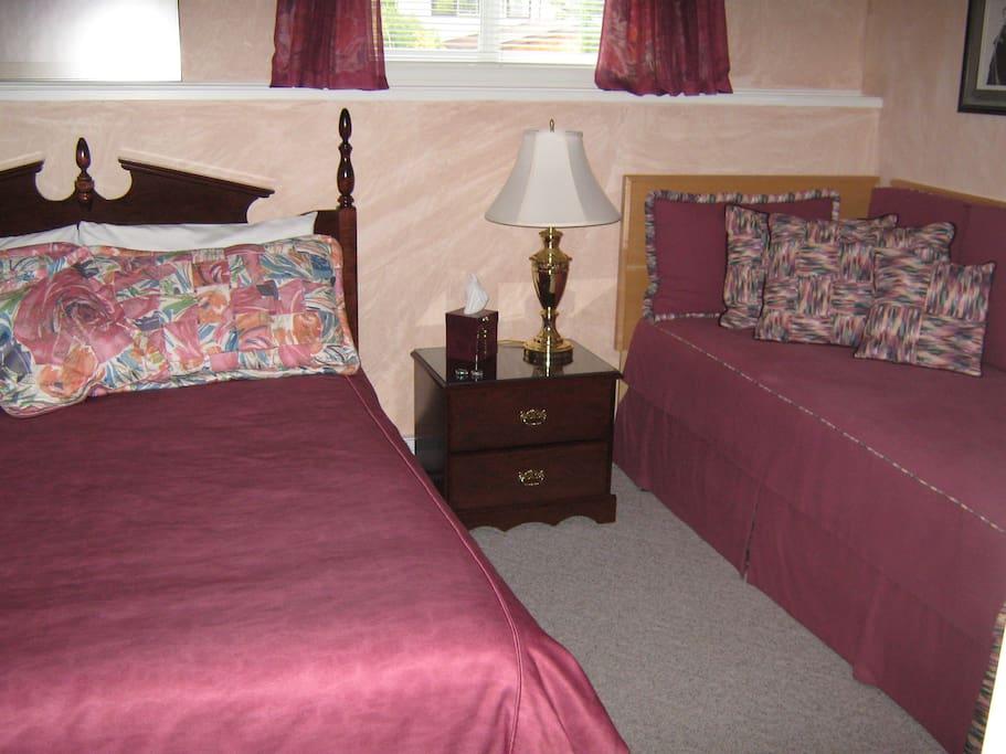 London Room accommodates 3 people