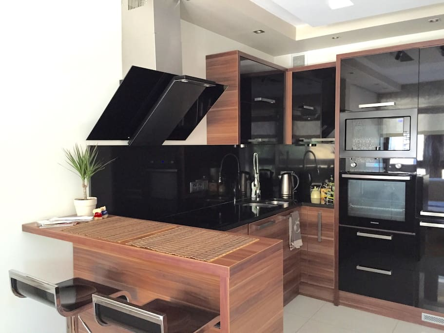 Kitchen with high quality Samsung equipment, including dish washer, fully equipped