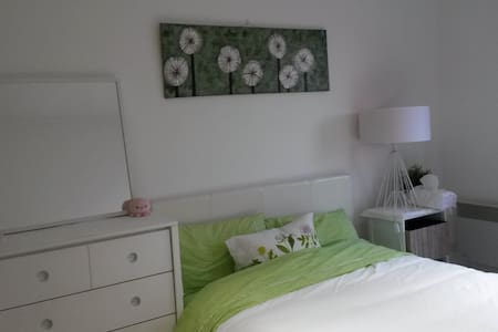 Cosy, spacious room in Maribyrnong - Townhouse