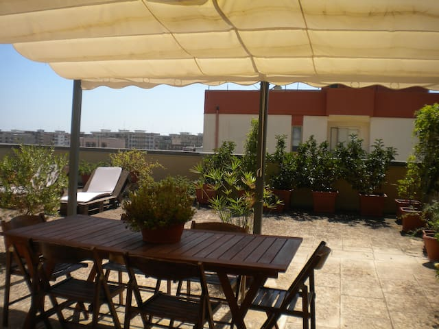 CUTE COZY PENTHOUSE WITH HUGE BEAUTIFUL TERRACE. - Lecce - Leilighet