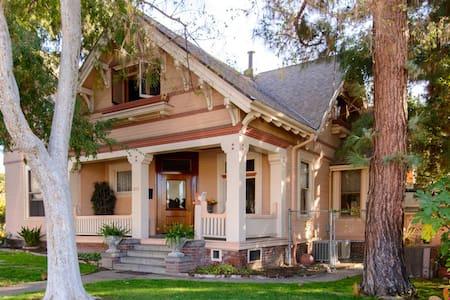 Room in Beautiful Victorian Home! - 글렌데일(Glendale) - 단독주택