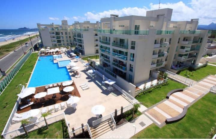 Apartamento na praia em condomínio clube