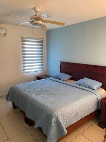 cama king size con vestidor y baño integrado.