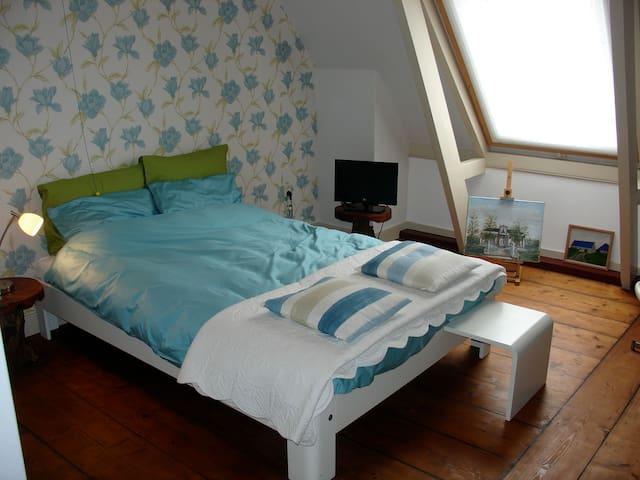 Dit is de kleine slaapkamer. Bekijk ook de  andere advertentie voor de tweede slaapkamer.