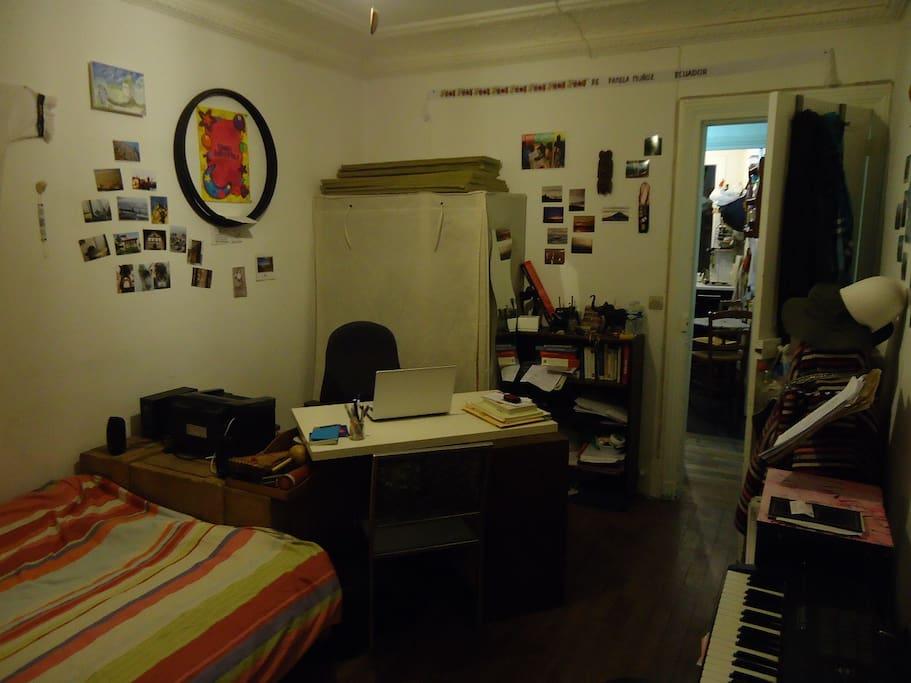 Chambre avec la cuisine au fond à droite