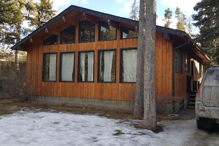 Quiet Ski Cabin 1 Queen Bed - Canmore