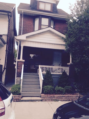 TO Apartment  in Trendy Leslieville