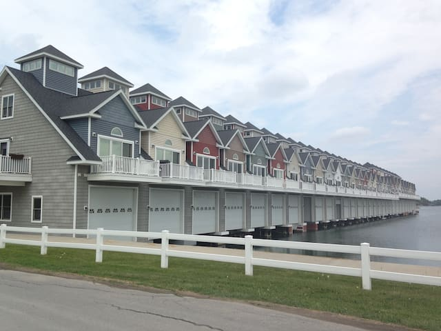 ABay Get-a-Way, Boathouse on water! - Alexandria Bay - Reihenhaus