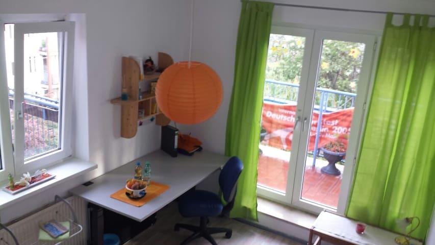 Sonniges Zimmer mit Balkon - Berlin - Daire