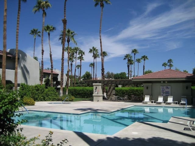 Modern Palm Springs Condo 15 min. walk to Downtown