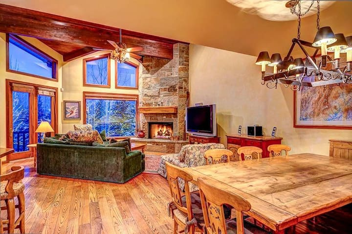Double Eagle #13: Luxury Ski-in/Ski-out Townhome in Silver Lake @ Deer Valley! Gorgeous mountain view, private hot tub!