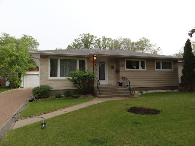 Cozy, clean , private rm, sleeps 2 - Winnipeg - Casa