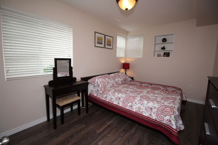 Cozy, bright room in New West - New Westminster - Casa