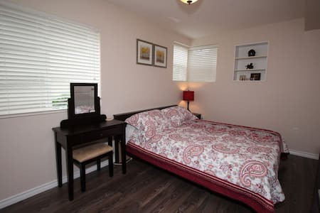 Cozy, bright room in New West - New Westminster