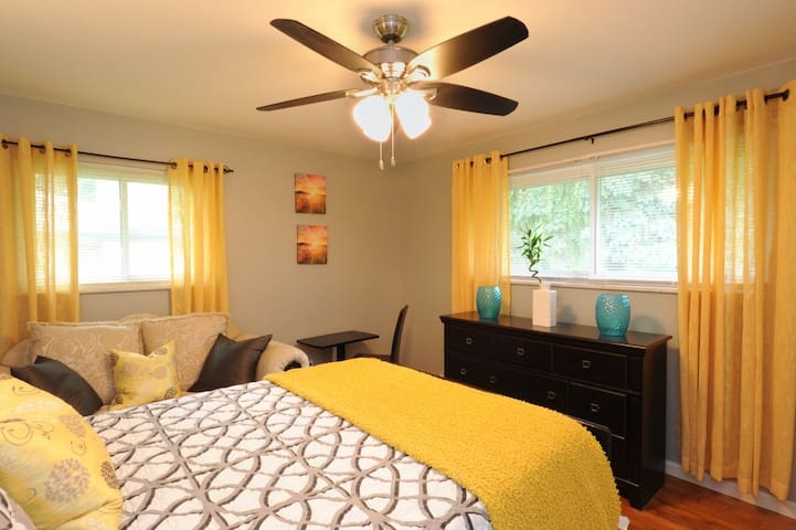 Sunny & Spacious Private Bedroom with private bath