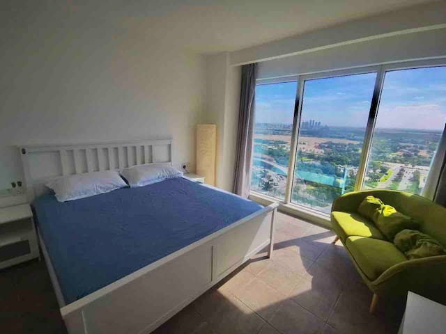 Stunning View Room by the Metro. 10mins to airport