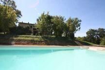 La piscina e il retro della casa