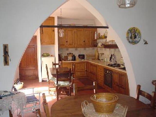 La cucina in muratura della casa principale