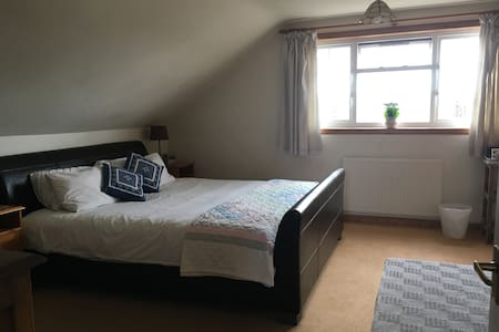 Lovely Double Bedroom with ensuite Shower Room - Edinburgh