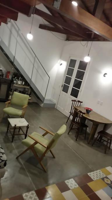 Sala integrada com cozinha completa.