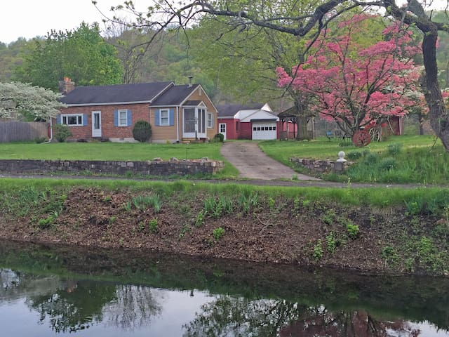 Canal Side Cottage - Bucks County - Upper Black Eddy - Дом