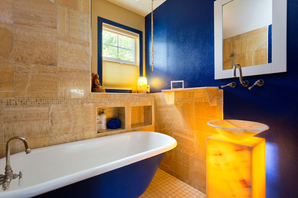 Guest bathroom with onyx tiles and lamps