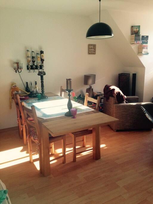 Großer Tisch als Mittelpunkt der Wohnung