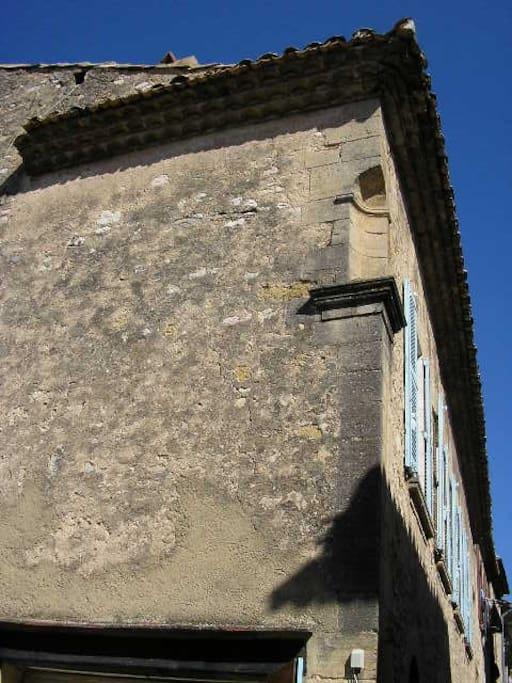 Le pignon de la bâtisse - côté village