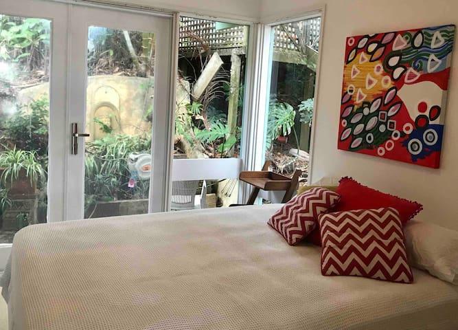 Brand new queen bed, insect protection door screen , lovely view of garden