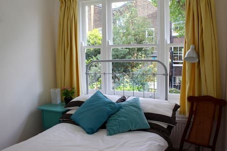 Self-contained studio appartment with private bath - Londres - Maison