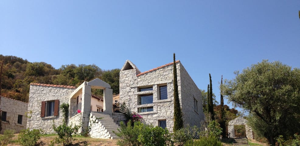 Villa with sea view and large swimming pool - Villasimius - Huis