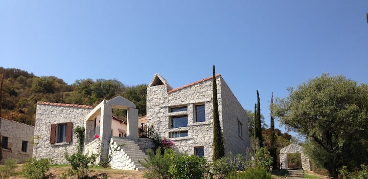 Villa with sea view and large swimming pool