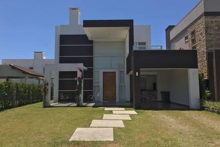 Casa condomínio fechado à beira mar atlantida sul
