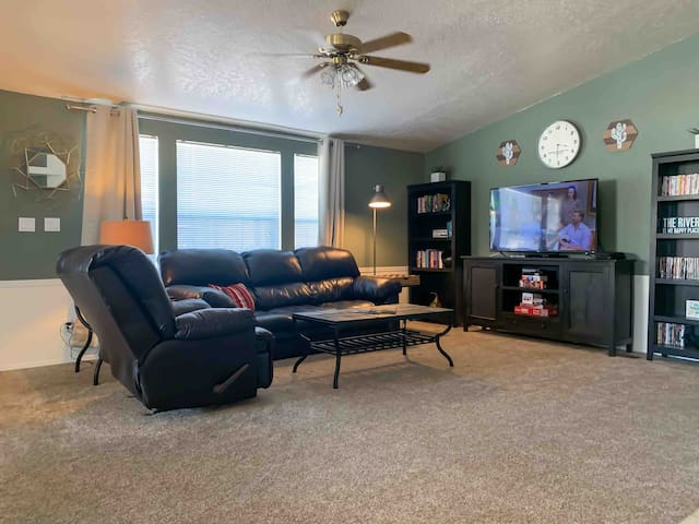 ☆NEW☆Across from water, pet-friendly, quiet escape