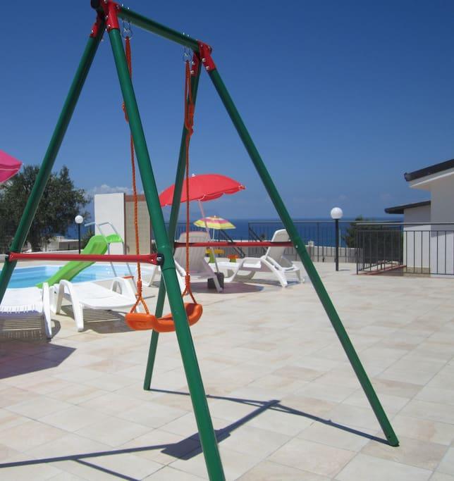 Altalena area piscina