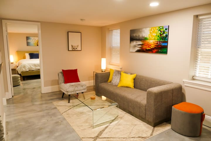 Modern, Colorful & Perfectly Located in Algiers PT
