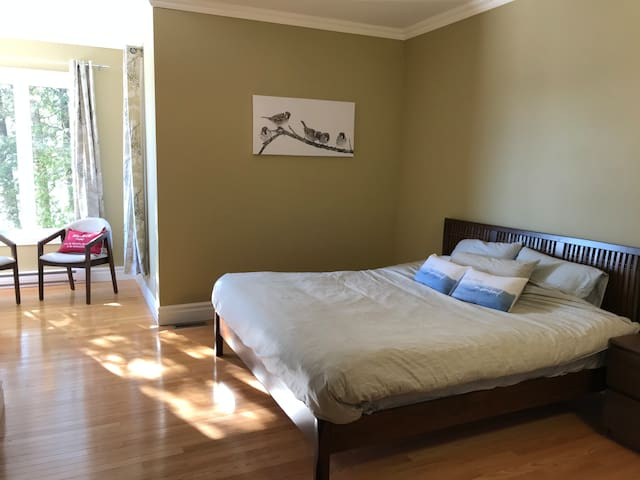 Chambre #1: lit king et walk-in au 2e étage