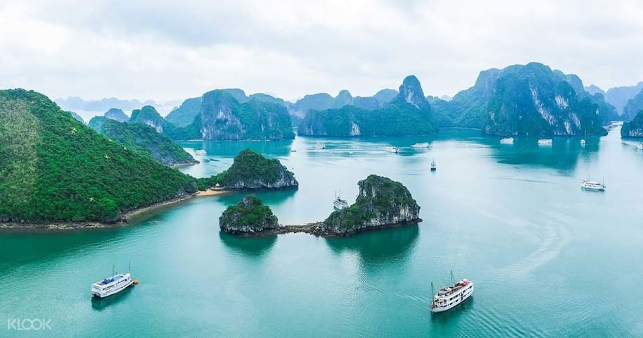Ha Long Bay: one of the 7 new natural wonders of the world - many times recognized by UNESCO as a natural heritage of the world