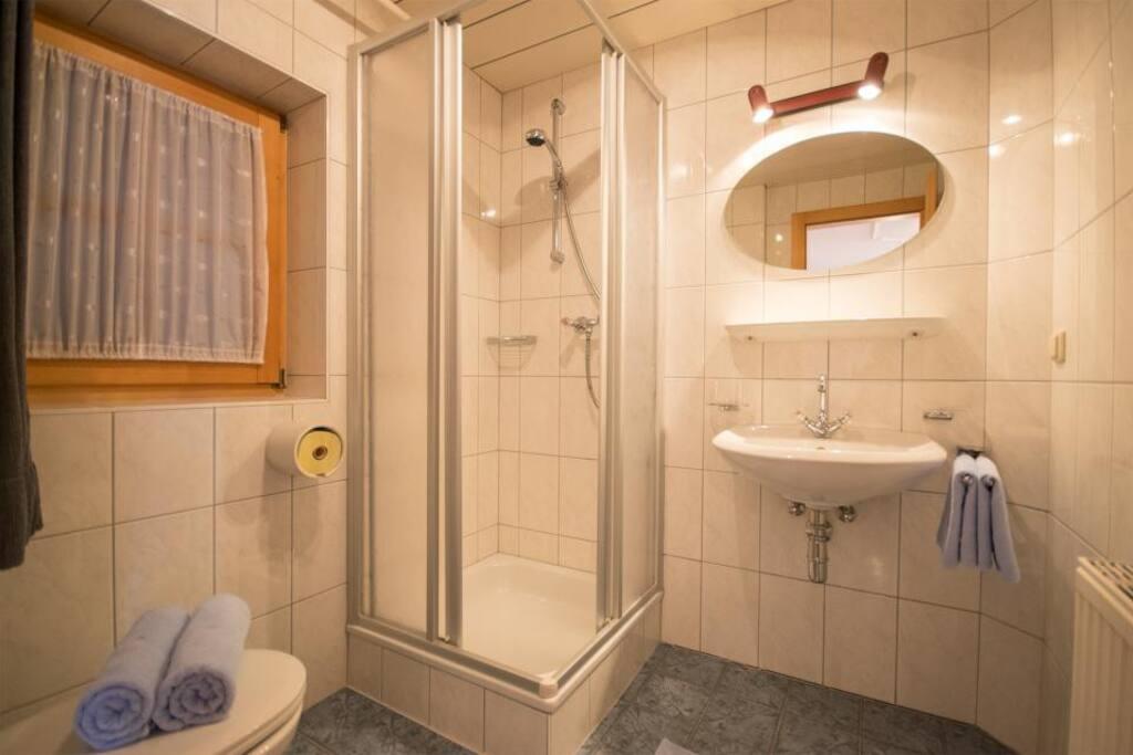 Badezimmer mit Dusche / WC